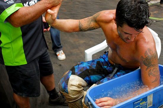 Rozciąganie, schładzanie - popularne sposoby na walkę z betonowaniem ramion...